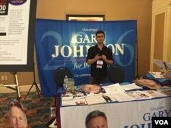 前新墨西哥州长格里·约翰逊的竞选展台(美国之音龚小夏拍摄)