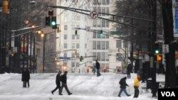Muchos de los vecinos de Atlanta eligieron caminar en vez de conducir en las calles heladas de la ciudad, como se puede ver en la esquina de Peachtree Street.