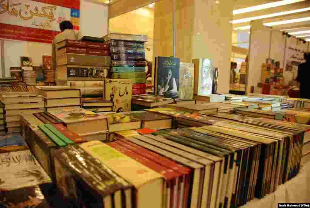 یہاں اردو اور انگریزی کے علاوہ علاقائی زبانوں میں تحریر کردہ کتب بھی فروخت کے لیے رکھی گئی ہیں
