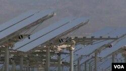 Kompleks solarnih ogledala u solarnoj termoelektrani Ajvanpa, u Južnoj Kaliforniji