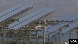 """Fasilitas listrik tenaga surya """"Ivanpah"""" di padang pasir Mojave, California (foto: ilustrasi). California menghasilkan kira-kira 40 persen dari seluruh tenaga listrik sinar matahari di Amerika."""