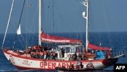 Des rescapés à bord du Open Arms Yacht de l'organisation non gouvernementale espagnole Proactiva, près de la côte libyenne, le 7 mai 2018.