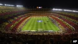 El Camp Nou completamente lleno durante el juego entre Barcelona y Real Madrid, este domingo 7 de octubre de 2012.