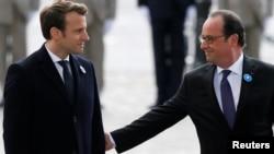 El presidente saliente de Francia, François Hollande (derecha) junto al presidente electo, Emmanuel Macron, durante una ceremonia ante la Tumba del Soldado Desconocido en París.