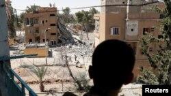 یکی از اعضای ائتلاف موسوم به نیروهای دموکراتیک سوریه در جنگ علیه داعش در شهر رقه در سوریه - آرشیو