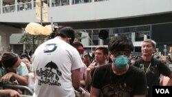 有佔領人士坐在中信大廈外的鐵馬上,拒絕遵守法庭禁制令 (美國之音 湯惠芸拍攝)