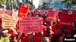 Les membres du Syndicat national des travailleurs de la métallurgie de l'Afrique du Sud (NUMSA) protestent dans les rues de Durban, 1 juillet 2014.