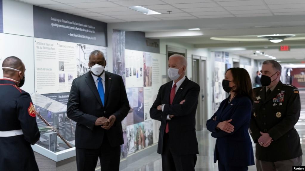 拜登总统与副总统哈里斯访问五角大楼。(2021年2月10日)(photo:VOA)