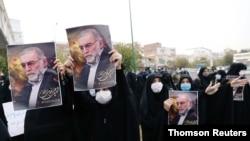 이란 핵 과학자 모센 파크리자데 씨 암살 사건에 분노한 이란인들이 항의 시위를 하고 있다.