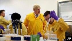 Thủ tướng Anh Boris Johnson thăm một phòng thí nghiệm tại Cơ quan Y tế Công cộng Anh (PHE) tại Colindale, bắc London, ngày 1/3/2020.