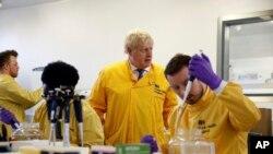 Perdana Menteri Inggris Boris Johnson mengunjungi labortorium di Pusat Kesehatan Masyarakat Inggris setelah lebih dari 10 pasien virus corona terkonfirmasi, di Colindale, utara London, 1 Maret 2020.