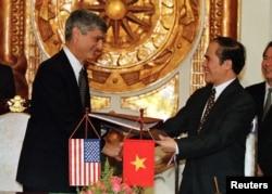 Bộ Trưởng Tài chính Mỹ Robert Rubin và Bộ Trưởng Tài chính Việt Nam Nguyễn Sinh Hùng, ngày 7/4/1997 tại Hà Nội.