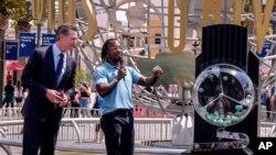 گوین نیوسام، فرماندار کالیفرنیا در کنار اعلام کننده شماره لاتاری در یونیورسال استودیو - ۱۵ ژوئن ۲۰۲۱