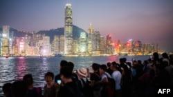 资料照:游客观看香港岛夜景。(2018年10月3日)