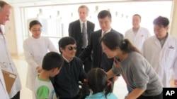 5月1号,陈光诚和家人在北京一家医院团聚,骆家辉大使也在场