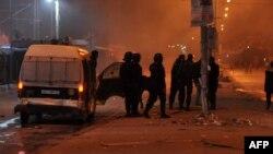 La police tunisienne chasse les manifestants à Tunis, le 8 janvier 2018.