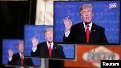 Kandidat Presiden AS, Donald Trump, tampak di monitor TV berada di ruang arsip media di kampurs Universitas Nevada. Las Vegas, Nevada (19/10). (foto: REUTERS/Jim Urquhart)