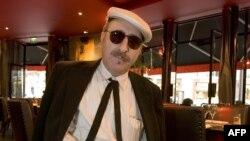 Leon Redbone ນັກຮ້ອງທີ່ຫລິ້ນກິດຕາໄປພ້ອມ ຖ່າຍຮູບຢູ່ຮ້ານອາຫານແຫ່ງນຶ່ງໃນນະຄອນປາຣີ, ວັນທີ 15 ກັນຍາ 2005. ຜູ້ກ່ຽວເສຍຊີວິດໃນວັນທີ 30 ພຶດສະພາ, 2019, ອີງຕາມການປະກາດຂອງພີ່ນ້ອງລາວ ຢູ່ໃນເວັບໄຊທ໌ຂອງລາວ