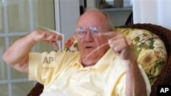 """Theodore """"Dutch"""" Van Kirk, dans sa maison de retraite en Géorgie en 2005 (AP)"""