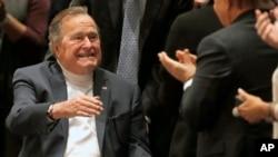 지난해 11월 조지 H.W. 부시 전 대통령이 아들인 조지 W. 부시 전 대통령이 출간한 '41:내 아버지의 초상화' 발표회에 참석했다. (자료사진)