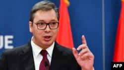 ARHIVA - Predsednik Srbije Aleksandar Vučić u obraćanju novinarima u Beogradu 19. oktobra 2019. (Foto: AFP)