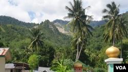Rekahan di gunung Tinombu yang terbelah akibat longsor diguncang gempa bumi pada 2018,berada tidak jauh dari areal pemukiman masyarakat desa Poi, Kecamatan Dolo Selatan, Kabupaten Sigi, Sulawesi Tengah, 9 Desember 2019. (Foto: Yoanes Litha/VOA)