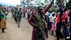 Warga di kota Bunagana, Kongo timur mengelu-elukan pasukan pemerintah Kongo setelah mereka menguasai kota di dekat perbatasan Uganda dari pemberontak M23 (30/10). Pemerintah Kongo dan M23 gagal menandatangani perjanjian damai di Uganda Senin (11/11).