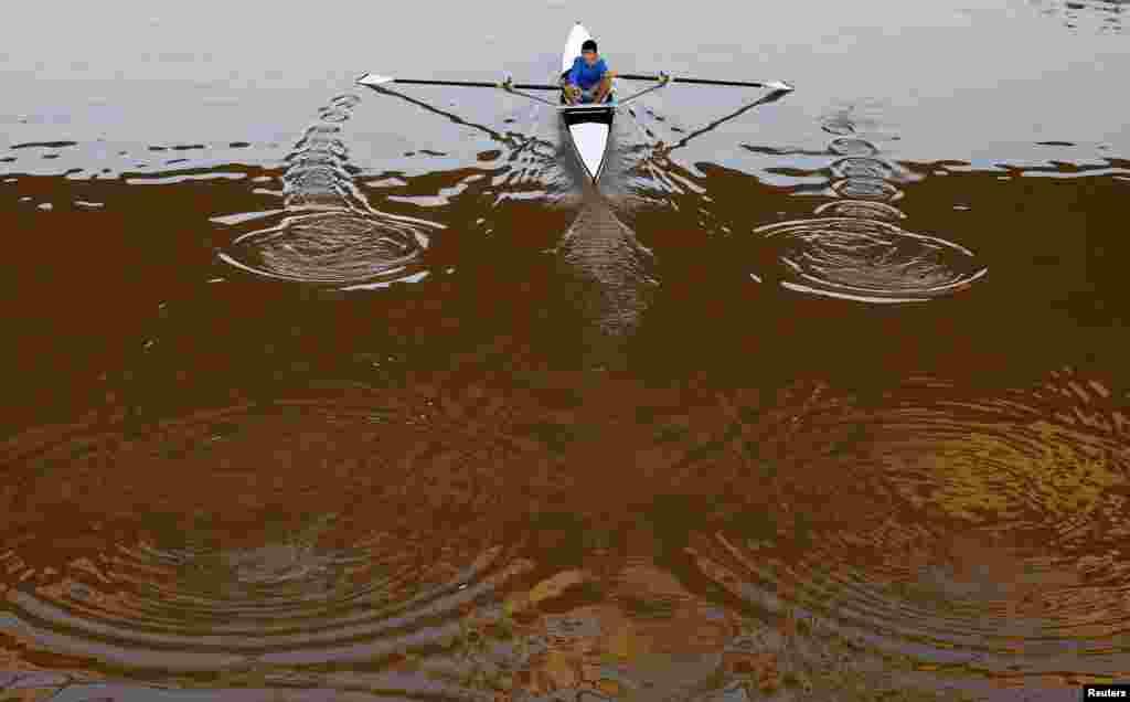 이스라엘 텔아비브의 야르콘 강에서 한 남성이 카누를 타고 있다.