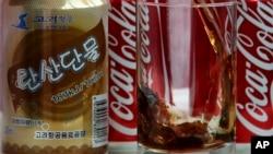 지난 2017년 4월 북한 평양에서 중국 베이징을 오가는 고려항공 여객기에서 미국산 '코카콜라'와 북한산 '탄산단물'이 함께 제공됐다.