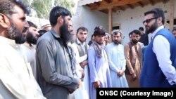 حمدالله محب در هنگام دیدار با متضررین حملات راکتی نظامیان پاکستانی در ولسوالی سرکانوی کنر