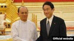 테인 셰인 미얀마 대통령과 기시다 후미오 일본 외무상이 악수를 나누고 있다.