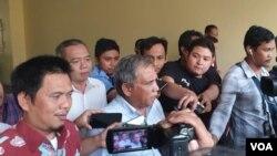 Eks Komandan Tim Mawar Mayor Jenderal TNI (Purn) Chairawan dan kuasa hukumnya usai konsultasi ke Bareskrim Mabes Polri di Jakarta, Selasa (11/6). (Foto: VOA/Sasmito)