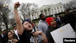Manifestantes pro-inmigrantes protestan frente a la Casa Blanca.