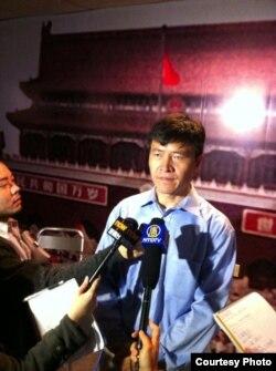 周锋锁在纪念馆内接受港媒采访(香港支联会图片)