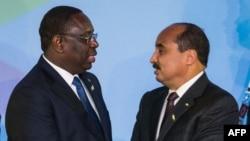 Le président sénégalais Macky Sall, à gauche, salue son homologue mauritanien Mohamed Ould Abdel lors du sommet du forum Inde-Afrique à New Delhi, le 29 octobre 2015.