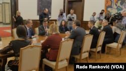 Razgovor američke delegacije sa predsednikom Vučićem i njegovim saradnicima (Foto: VOA)