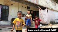 Anak-anak pengungsi etnis Muslim-Rohingya yang tinggal di kamp pengungsian di Medan, Sumatra Utara. (Foto: Anugrah Andriansyah/VOA)