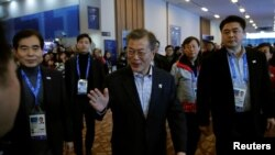 Presiden Korea Selatan Moon Jae-in (tengah) mengunjungi Main Press Center (MPC), tempat awak media bekerja melaporkan Olimpiade Musim Dingin, di resor Alpensia, Pyeongchang, Korea Selatan, 17 Februari 2018.