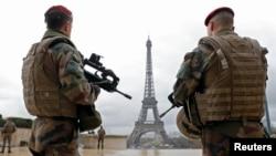 지난 3월 프랑스 특수부대원들이 파리 에펠탑 인근에서 테러에 대비해 경계근무를 서고 있다.