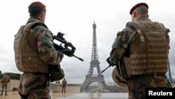 Des parachutistes de l'armée française patrouillant près de la tour Eiffel à Paris, le 30 mars 2016 (Reuters/Philippe Wojazer)