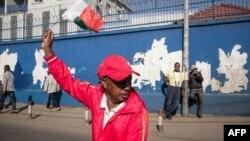 Un militant de l'opposition brandit le drapeau malgache lors d'une manifestation antigouvernementale à Antananarivo, Madagascar, le 30 avril 2018.