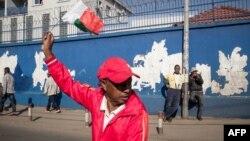 Un porte-parole de l'opposition brandit le drapeau de Madagascar lors d'une manifestation antigouvernementale à Antananarivo, Madagascar, le 30 avril 2018.