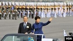 Tổng thống Nam Triều Tiên Park Geun-hye vẫy chào trong cuộc duyệt binh qui mô lớn tại Seoul để mừng lễ kỷ niệm ngày thành lập quân đội, 1/10/2013.