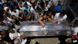Funeral en Montecristi, Ecuador mientras la cifra de víctimas mortales del terremoto del sábado por la noche ha aumentado a 525.