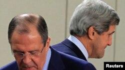 Ngoại trưởng Mỹ John Kerry (phải) và Ngoại trưởng Nga Sergei Lavrov tại hội nghị NATO ở ở Brussels 4/23/13