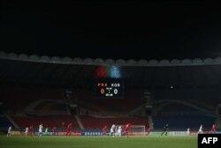 지난 15일 남북한 월드컵 예선전이 열린 평양 김일성경기장. 북한은 한국의 취재진과 응원단 방북을 불허하고 관중 없는 경기를 진행했다.