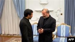 Ngoại trưởng Manouchehr Mottaki (phải) đã bị Tổng thống Iran Mahmoud Ahmadinejad (trái) sa thải