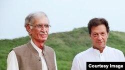 پرویز خټک د وزیراعظم عمران خان سره په یو پخواني تصویر کې ولاړ لیدل کیږي