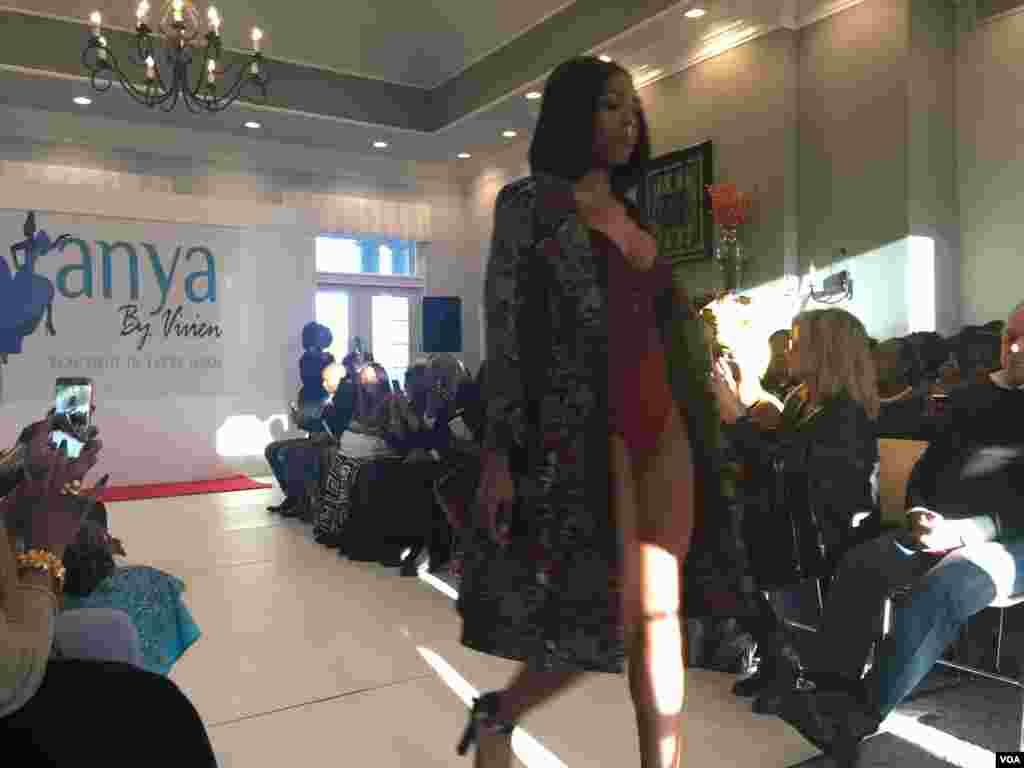 Desfile de moda da marca da estilista nigeriana Vivien Agbakoba, a Anya by Vivien
