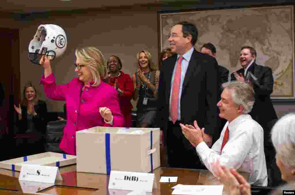 Хиллари Клинтон принимает подарки от сотрудников Госдепартамента - именную футбольную форму